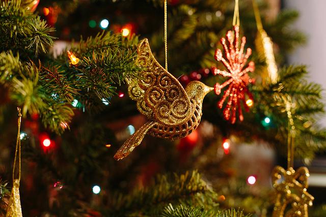 Arbre de Noël avec décoration en forme d'oiseau